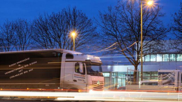 トラックドライバーの年収・給与は夜勤のお仕事の方が昼勤より稼げるってホント?_アイキャッチ