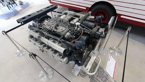 トラックがディーゼルエンジンを使う理由はなぜ?_アイキャッチ